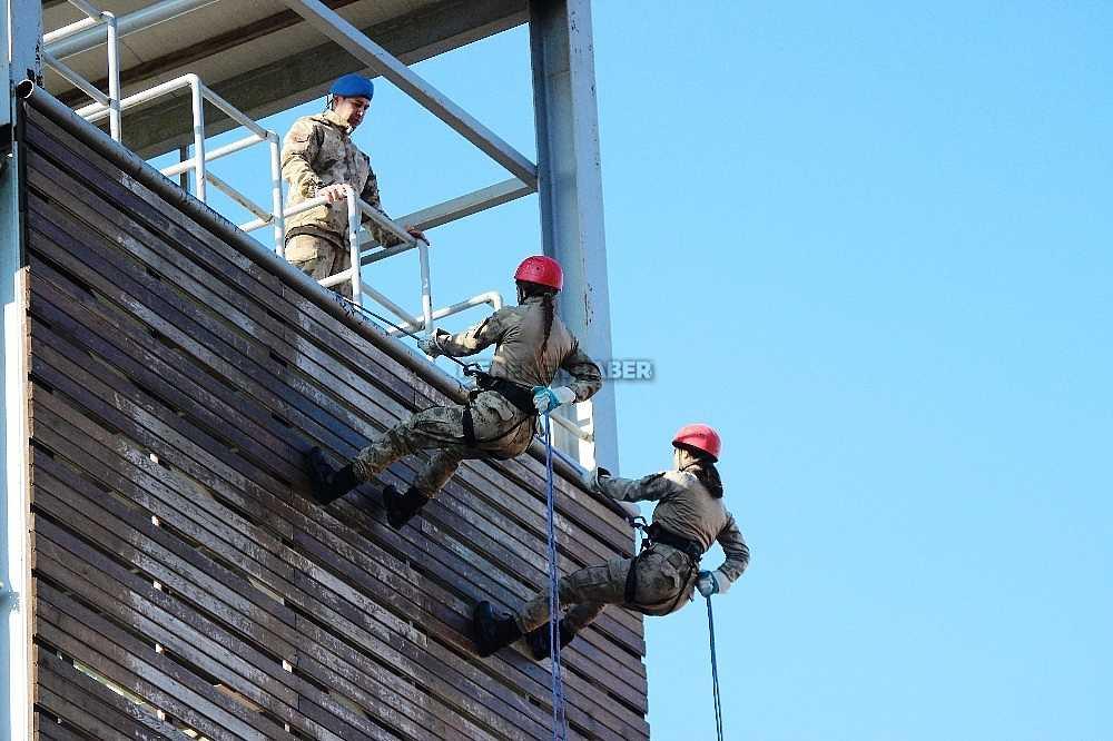 2020/01/foca-jandarma-komando-okulundan-egitim-alan-turkiyenin-ilk-kadin-jandarma-komando-astsubaylari-20200128AW92-17.jpg