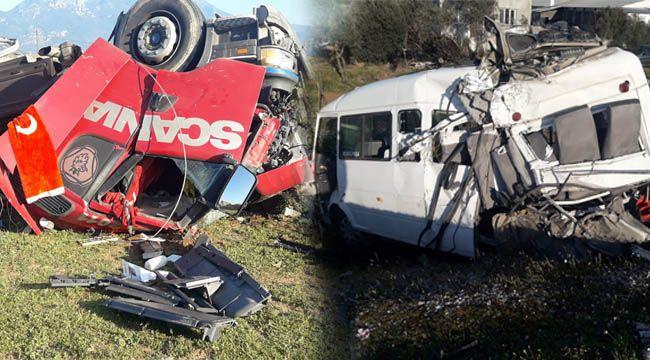 Yolcu Almak için duran Minibüs'ü Tır Biçti : 1'i ağır 3 Kişi Yaralı