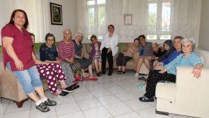 Çiğili Belediyesi Huzurevinde Kalan Kadınlara Kuaför Hizmeti Verdi