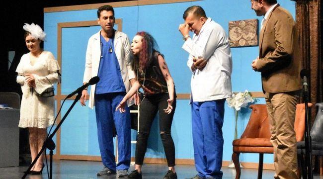 Aliağa'da 'Kaç Baba Kaç' tiyatro oyunu sergilendi