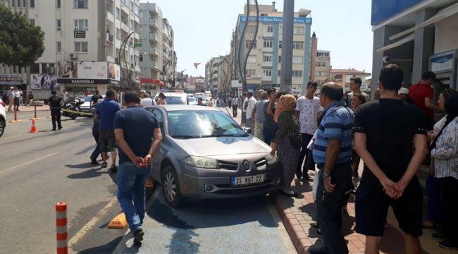 Aliağa'da karşıdan karşıya geçen kadına araba çarptı