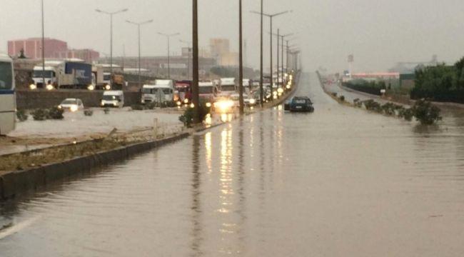 İzmir - Ankara yolunu su bastı trafik durdu