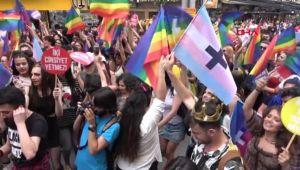 İzmir'de LGBTİ Yürüyüşüne Polis Müdahale Etti