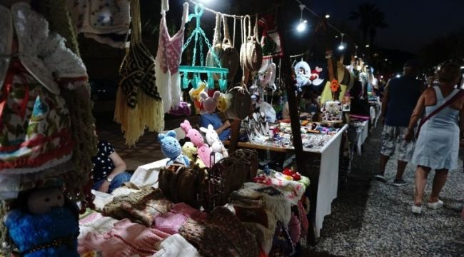 Yeni Foça'da Gece Pazarına Yoğun İlgi Oluyor