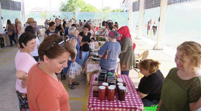 Foça'da yerel ürünler pazarı Kadınca Kararınca açıldı