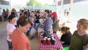Foça'da yerel ürünler pazarı açıldı
