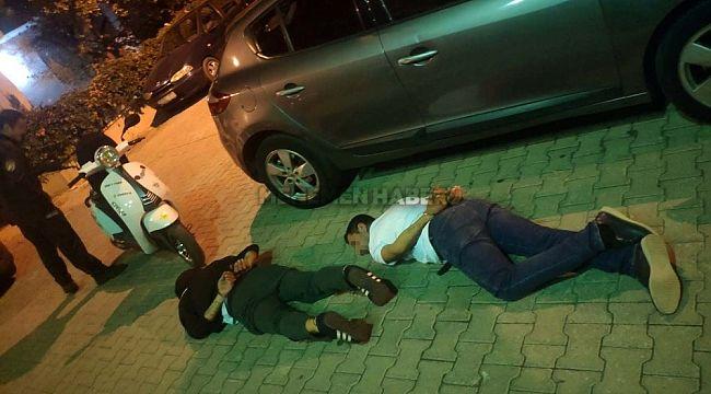 İzmir'de üzerinde uyuşturucu ile yakalanan iki kişi gözaltına alındı