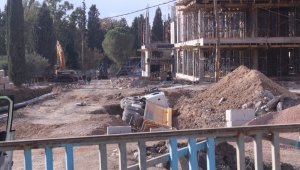 Yurt inşaatında kamyon devrildi, faciadan dönüldü: 1 yaralı