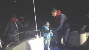 Çeşme'de Botları sürüklenen kaçak göçmenleri Sahil Güvenlik ekibi kurtardı
