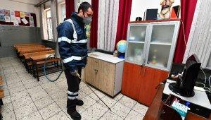 İzmir Büyükşehir Belediyesi okulları gribe karşı ilaçlıyor