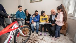 Tunç Soyer'den başarılı ortaokul öğrencisine bisiklet hediyesi