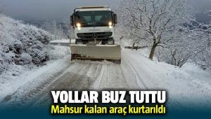 İzmir'de Yollar buz tuttu, mahsur kalan araç kurtarıldı