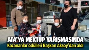 Ata'ya mektup yarışmasında kazananlar ödüllerini Başkan Aksoy'dan aldı