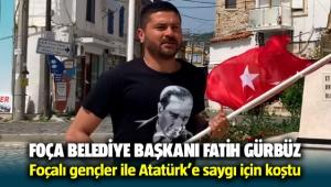 Foça Belediye Başkanı Fatih Gürbüz ve Foçalı gençler Atatürk'e saygı için koştu
