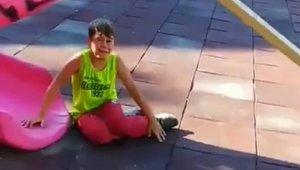 İzmir'de polisten korkan çocuklar önce saklandı, sonra polisle hatıra fotoğrafı çektirdi