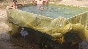 İzmir'de vatandaşlar traktör römorkuna havuz yapıp serinledi