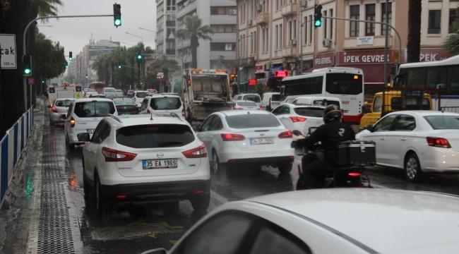 Kısıtlamanın ardından İzmir'de ilk iş gününde yoğun trafik