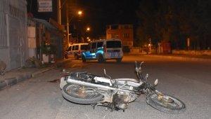 Çiğli'de Motosikletlerine mazot alıp kaçan şahıslar kaza yaptı: 2 yaralı