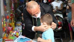 Denizli Valisi Ali Fuat Atik maskeye takmak istemeyen miniği ikna etti