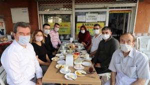 Ünlü Bergama kahvaltıcısı Eşref amcanın yaşını doğru bilenler kahvaltıda bir araya geldi