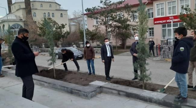Arpaçay'da Atatürk Parkı ağaçlandırıldı