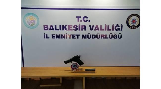 Balıkesir'de polis 5 aranan şahsı yakalarken, 8 silah ele geçirdi