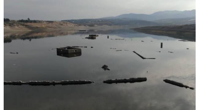 Barajda sular çekildi köyün kalıntıları ortaya çıktı