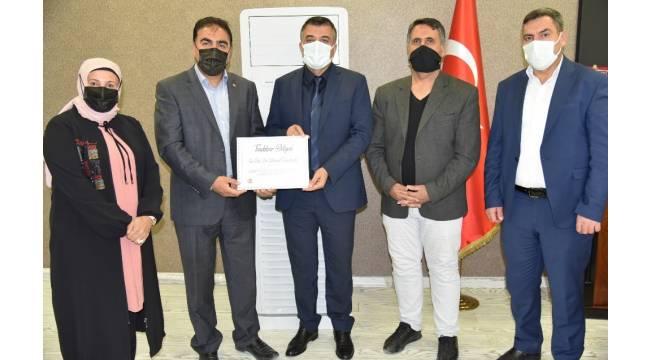 Başkan Yazlık'tan Sağlık Müdürü Sünnetçioğlu'na teşekkür belgesi