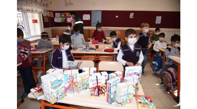 Belediyeden okullara kitap desteği