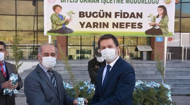 Bitlis'te 'Bugün fidan yarın nefes' projesi kapsamında fidan dağıtıldı