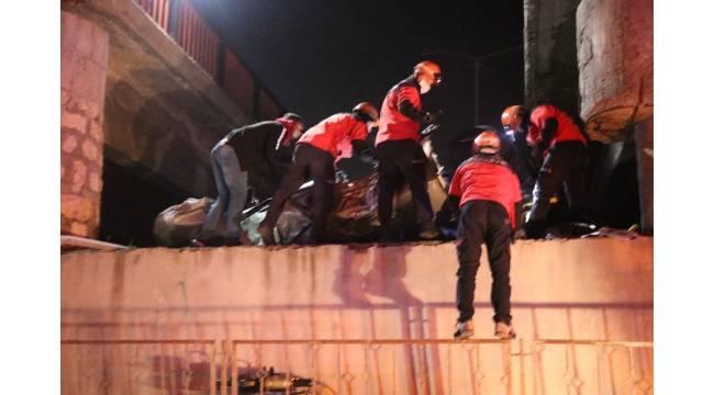 Bolu'da 2 otomobil 4 metrelik köprüden aşağı uçtu: 3 yaralı