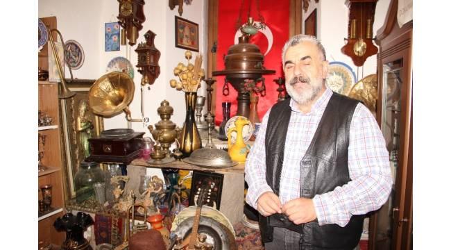 Dekor amacıyla biriktirdiği antikalar ile müze kurdu
