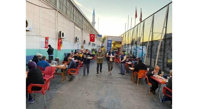 Diyarbakır Büyükşehir Belediyesi aşevi tırı İzmir'de hizmetini sürdürüyor