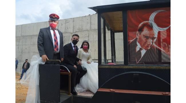 Düğünlerine kara tren görünümlü traktörle gittiler