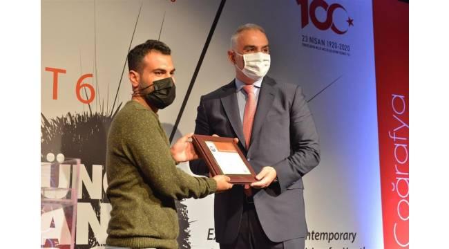 Genç sanatçı, ödülünü Bakan Ersoy'un elinden aldı