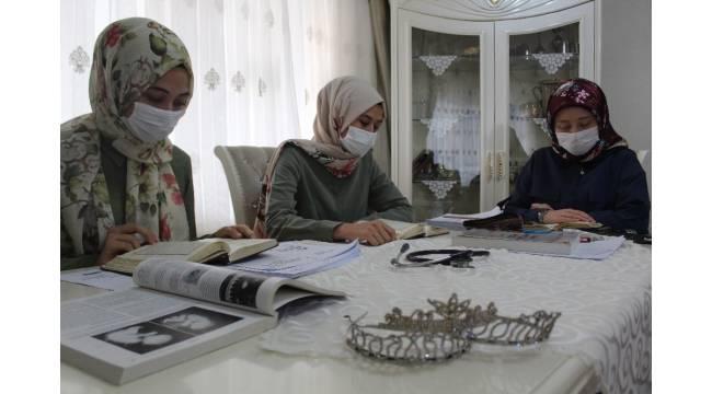 Hafız kız kardeşler annelerinin doktorluk hayalini gerçekleştirecek