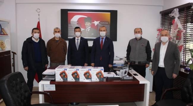 Zonguldak'ın Çaycuma ilçesinde Ensar Vakfı Ihtiyaç sahibi çocuklar için İlçe Milli Eğitim Müdürlüğüne tablet verdi