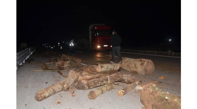 Kamyondaki odunlar karayoluna düştü, iki araçta maddi hasar oluştu
