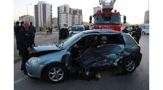 Kazada araçta sıkışan kadını itfaiye kurtardı