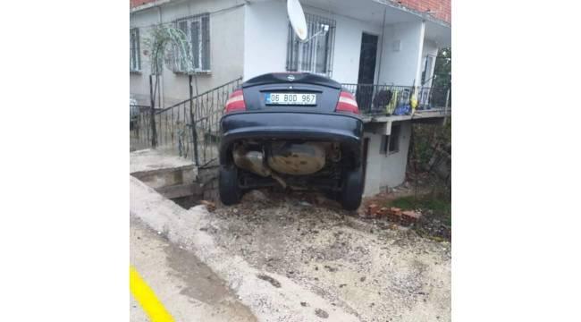 Kontrolden çıkan otomobil eve daldı