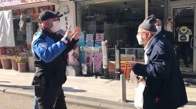 Maskesi eskiyen yaşlı vatandaşa polis şefkati