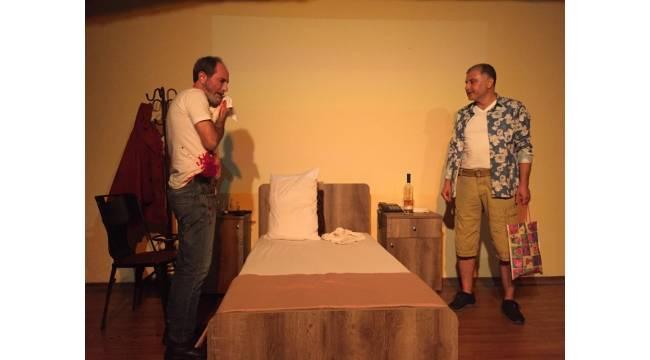 Mezitli'de 'kırmızı' adlı oyun sahnelendi