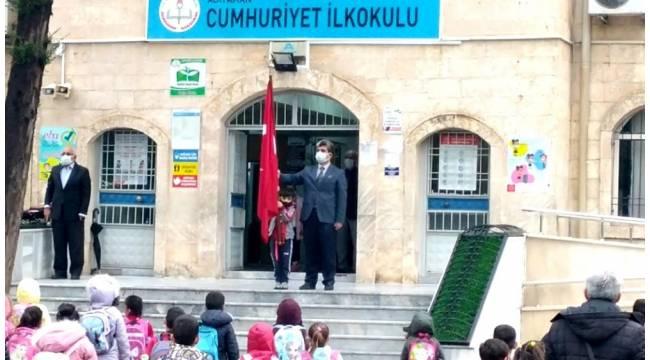 Öğretmen ve öğrencinin bayrak hassasiyeti gururlandırdı