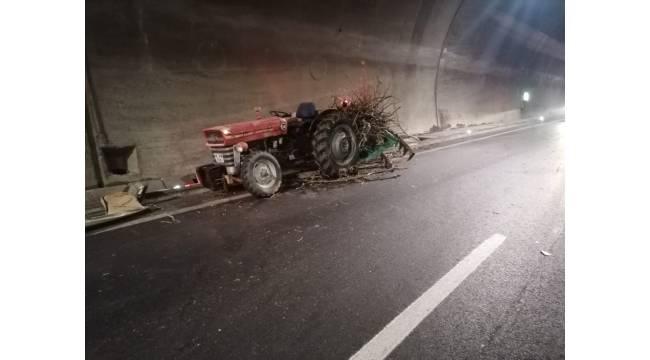 Otomobil ile traktör çarpıştı 3 kişi yaralandı