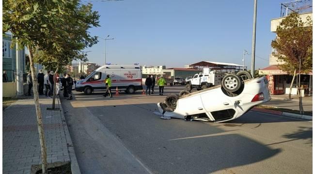 Park halindeki otomobile çarpan araç takla attı