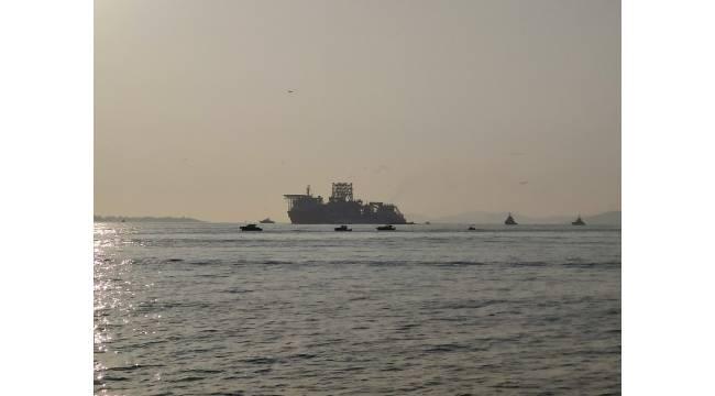 """""""Kanuni"""" Sondaj Gemisi İstanbul Boğazı'ndan böyle geçti"""