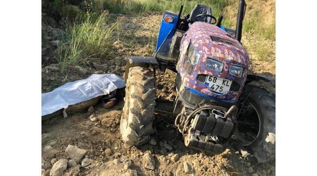 Römorku ayrılıp devrilen traktörün altında kalan sürücü öldü