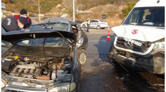 Servis aracıyla otomobil çarpıştı: 1'i ağır 7 yaralı