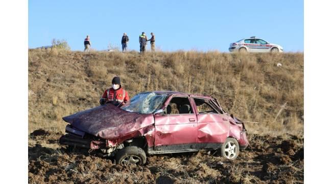 Sivas'ta otomobil tarlaya uçtu: 1'i ağır 4 yaralı