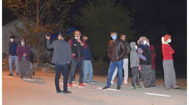 Sürekli yaşanan elektrik kesintisi mahalleliyi sokağa döktü